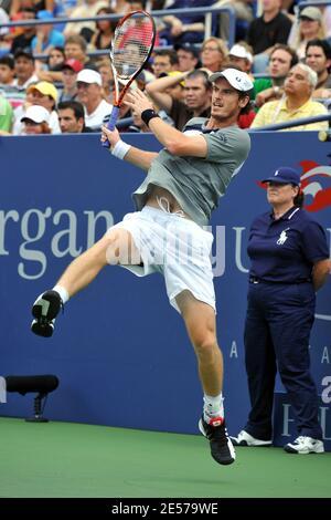 Der Schottlands Andy Murray im Einsatz gegen den spanischen Rafael Nadal während des Halbfinalmatches der Männer des US Open Tennisturniers 2008 im USTA National Tennis Center in New York City, NY, USA am 6. September 2008. Foto von Corinne Dubreuil/Cameleon/ABACAPRESS.COM
