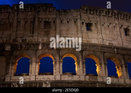 Nahaufnahme des Kolosseums bei Nacht, Rom, Latium, Italien