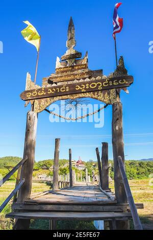 Zutongpae Bridge ist die berühmte Bambusbrücke in der Mae Hong Son Provinz, Thailand. (Übersetzung: Zutongpae-Brücke)