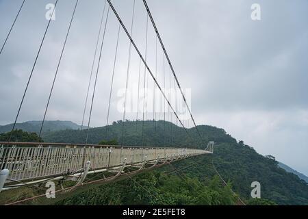 Die Hängebrücke verbindet die beiden Berge. Tee, Bambus, Betel Nussbaum, Rinder Reiher Migration, Chiayi County Meishan Township Features, Taiwan