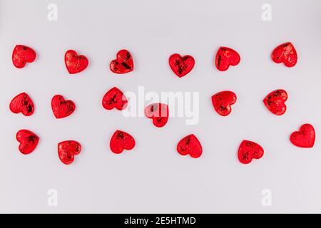 Ein Hintergrund von roten Herzen auf einem weißen Hintergrund für Das Fest der Liebhaber Valentinstag Februar 14