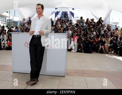 """Darsteller Matthew McConaughey stellt bei einem Fototermin für den Film """"Mud"""", im Wettbewerb der 65. Filmfestspiele von Cannes, 26. Mai 2012.          REUTERS/Eric Gaillard (Frankreich - Tags: ENTERTAINMENT)"""