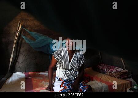Maymona, 28, aus dem Sudan sitzt auf einem Bett in ihrem Haus in Juba, South Sudan 8. Juni 2014. Maymona ist von den sudanesischen Nuba-Berge in Süd-Kordofan Zustand. Der Staat blieb Teil des Sudan nach der Abspaltung des Südens vor drei Jahren, und wurde die Szene von Zusammenstößen zwischen Rebellen und die sudanesische Militär. Maymona floh der unruhigen Umgebung für Juba, der Hauptstadt des Südsudan. Sie lebt jetzt dort mit anderen Menschen aus ihrer Heimatregion. Sie studiert an der Universität und ist in ihrem zweiten Jahr. 20 Juni ist Welt-Flüchtlingstag, eine Gelegenheit, die lenkt die Aufmerksamkeit auf diejenigen, die vertrieben wurden
