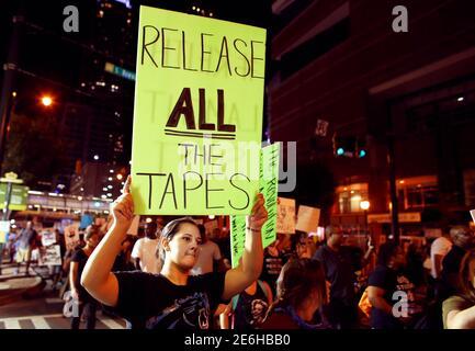 Die Demonstranten marschieren in einer weiteren Nacht der Proteste gegen die Schüsse der Polizei auf Keith Scott in Charlotte, North Carolina, USA, am 24. September 2016. REUTERS/Mike Blake