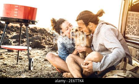 Hipster-Paar und niedlichen Hund entspannen von Reise auf Oldtimer Mini-Van Transport - Wander Lifestyle-Konzept mit indy Menschen Auf Minivan Abenteuer Reise - Stockfoto