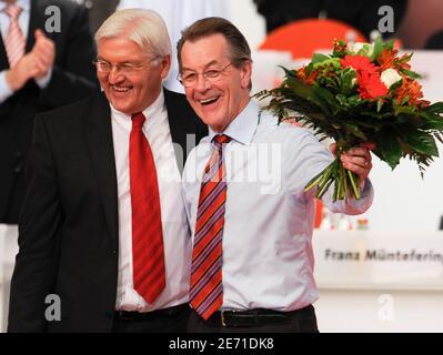 Franz Muentefering (R) winkt Blumen, nachdem er am 18. Oktober 2008 auf einem eintägigen Parteitag in Berlin zum Vorsitzenden der SPD gewählt wurde, während er mit Außenminister Frank-Walter Steinmeier zusammensteht. Die deutschen Sozialdemokraten haben Steinmeier zum Kanzlerkandidat gekrönt und am Samstag den Muentefering zum Vorsitzenden gewählt. REUTERS/Wolfgang Rattay (DEUTSCHLAND)
