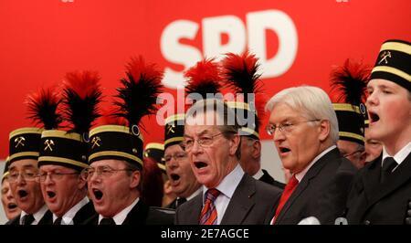 Singen Sie neu gewählte SPD-Vorsitzenden Franz Müntefering (L) und der deutsche Außenminister Frank-Walter Steinmeier, SPD Kanzlerkandidaten auf einer Deutschlands Sozialdemokratische Partei SPD Convention in Berlin, 18. Oktober 2008.     REUTERS/Tobias Schwarz (Deutschland)