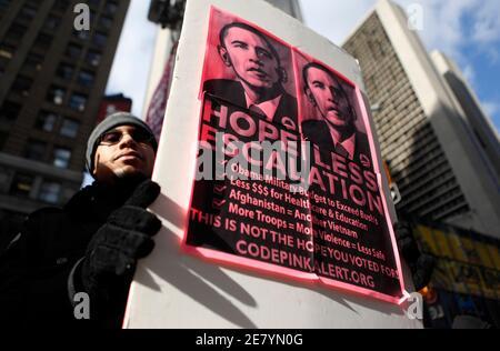 Daniel Velez, 29, der Bronx, protestiert gegen US-Präsident Barack Obama den Friedensnobelpreis in New York City 10. Dezember 2009 Akzeptanz. REUTERS/Jessica Rinaldi (Vereinigte Staaten-Politik-Konflikt)
