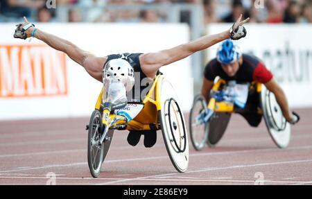Der Schweizer Marcel Hug reagiert darauf, nachdem er beim IAAF Diamond League Athletics Meeting im Stade de la Pontaise in Lausanne am 8. Juli 2010 den 1500 Meter-Wheeelchair-Wettbewerb für Männer gewonnen hat. REUTERS/Valentin Flauraud (SCHWEIZ - Tags: SPORT LEICHTATHLETIK)