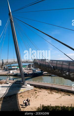 Pescara,Abruzzen Region,Italien:die 'Ponte sul Mare', auf dem Pescara Fluss gebaut, verbindet die Südküste mit der Nordküste ein Fahrrad-Fußgänger-Pfad tha