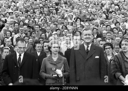 Queen Elizabeth II. Mit dem Gouverneur von Maryland Theodore McKeldin (rechts) und dem Präsidenten der University of Maryland Wilson Homer 'Bull' Elkins (links), bei Maryland terrapins gegen das North Carolina Tar Heels Football Game, College Park, Maryland, USA, Warren K. Leffler, 19. Oktober 1957 Stockfoto