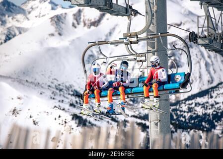 El Tarter, Andorra : 2021. Februar 2 : Junge Menschen auf dem Sessellift, der 2021 zum Skigebiet Grandvalira in Andorra auffährt