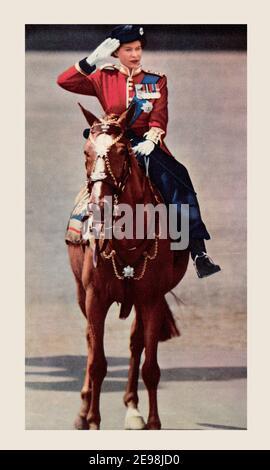 EDITORIAL NUR Königin Elizabeth nimmt den Gruß während des Trooping der Farbe. Elisabeth II., geboren 1926, Königin des Vereinigten Königreichs. Aus dem Königin-Elisabeth-Krönungsbuch, veröffentlicht 1953.