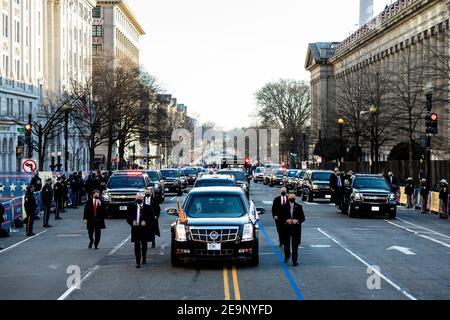 Die Autokolonne, die US-Präsident Joe Biden und First Lady Dr. Jill Biden trägt, macht sich während der Parade zum Einweihungstag am 20. Januar 2021 in Washington, DC auf die 15th Street in Richtung Pennsylvania Avenue. Stockfoto
