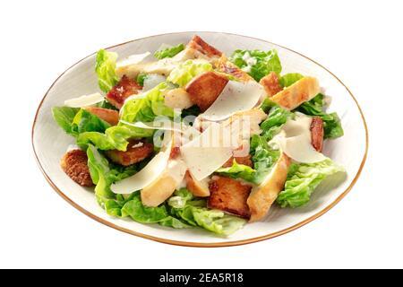 Caesar-Salat mit gegrilltem Hühnerfleisch, Romaine-Blättern und Parmesan-Käse, isoliert auf weißem Hintergrund mit einem Schneideweg