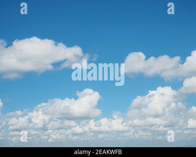 Ein Panoramablick auf den strahlend blauen Himmel am Nachmittag. Stockfoto