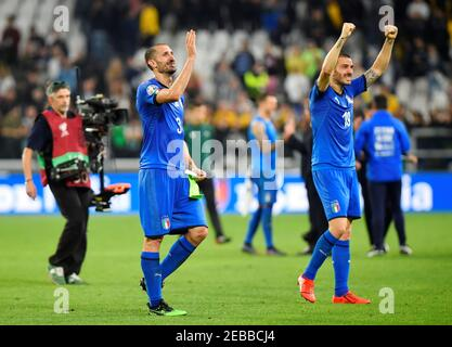 Fußball Fußball - Euro 2020 Qualifier - Gruppe J - Italien gegen Bosnien und Herzegowina - Allianz Stadium, Turin, Italien - 11. Juni 2019 Italiens Leonardo Bonucci feiert nach dem Spiel mit Giorgio Chiellini. REUTERS/Massimo Pinca