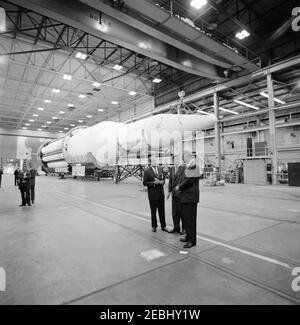Inspektionstour der NASA-Installationen: Huntsville Alabama, Redstone Army Airfield und George C. Marshall Space Flight Center, 9:35am Uhr. Präsident John F. Kennedy und Vizepräsident Lyndon B. Johnson besuchen mit Direktor des George C. Marshall Space Flight Center (MSFC), Dr. Wernher von Braun (Mitte), während einer Tour des MSFC im Redstone Arsenal, Huntsville, Alabama; White House Secret Service Agent, Bill Duncan, steht ganz links. Die Saturn C-1 Rakete sitzt im Hintergrund. Präsident Kennedy besuchte die MSFC im Rahmen einer zweitägigen Inspektionsreise durch die National Aeronautics and Space Administration