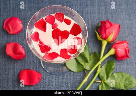 Rosenmilch , Rose Shake , Gulab Shake mit Rosenblüten indischen Valentinstag trinken mit herzförmigen roten Rosenblüten Kerala. Erdbeermilch schütteln Stockfoto