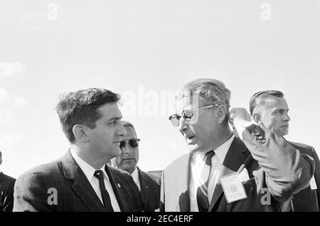 Besichtigung der NASA-Installationen: Cape Canaveral Florida, 2:31pm Uhr. Der Direktor des George C. Marshall Space Flight Center (MSFC), Dr. Wernher von Braun (rechts), spricht mit einem unbekannten Mann während des Besuchs von Präsident John F. Kennedyu0027s in der Cape Canaveral Air Force Station, Cape Canaveral, Florida; der Geheimagent des Weißen Hauses, Roy Kellerman, steht hinten rechts. Präsident Kennedy besuchte Cape Canaveral im Rahmen einer zweitägigen Inspektionsreise durch die Feldinstallationen der National Aeronautics and Space Administration (NASA).