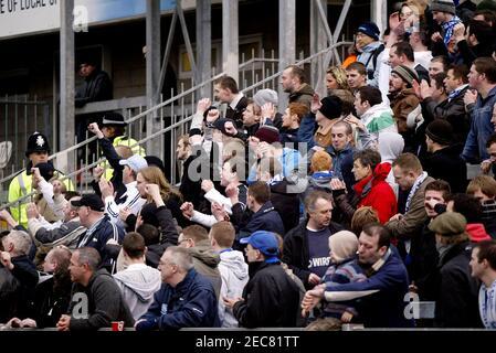 Fußball - Bristol Rovers V Tranmere Rovers Coca-Cola Football League One - The Memorial Stadium - 23/2/08 die Tranmere-Fans feiern ihre Seiten erstes Tor Pflichtfeld Kredit: Action Images / Paul Redding Livepic