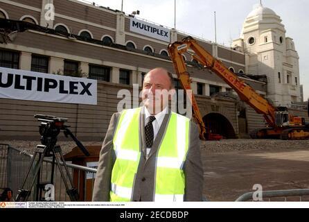 Fußball - Wembley Stadium Demolition - 30/9/02 der Abriss von Wembley Stadium beginnt, Platz für den Bau von zu machen Das neue Stadion, das fertig sein soll 2006 / George Cohen - England 1966 Weltcupsieger Obligatorische Gutschrift:Aktionsbilder / Rudy LHomme