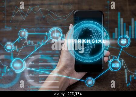 Hand hält Smartphone mit futuristischen Online-Finanz-und Investment-Technologie digitale Datenanzeige, Fintech-Konzept