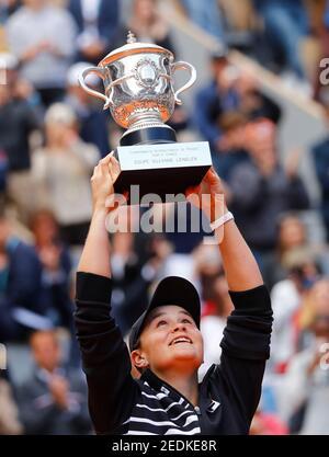 Tennis - French Open - Roland Garros, Paris, Frankreich - 8. Juni 2019. Die australische Ashleigh Barty feiert mit der Trophäe, nachdem sie das Finale gegen die Tschechische Republik Marketa Vondrousova gewonnen hat. REUTERS/Kai Pfaffenbach