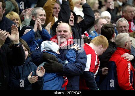 Fußball - Stoke City gegen Bristol City Coca-Cola Football League Championship - The Britannia Stadium - 19/4/08 Stoke Fans feiern ihre Seite erstes Tor Pflichtgutschrift: Action Images / Paul Redding Livepic