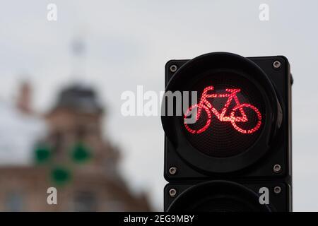 Nachhaltiger Verkehr. Fahrradverkehrssignal, rote Ampel, Stoppschild, Rennrad, kostenlose Fahrradzone oder -Bereich, Bike Sharing, Nahaufnahme
