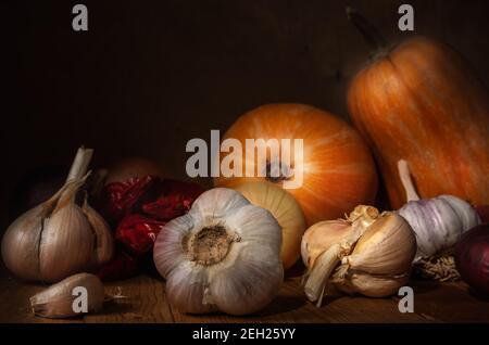 Stillleben im Herbst im rustikalen Stil auf dunklem Holzhintergrund.