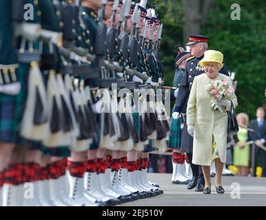 Königin Elizabeth II inspiziert die Ehrenwache, Balaklava Company, die Argyll und Sutherland Highlanders, 5th Bataillon das Royal Regiment of Scotland während der traditionellen Zeremonie der Schlüssel in Holyroodhouse.