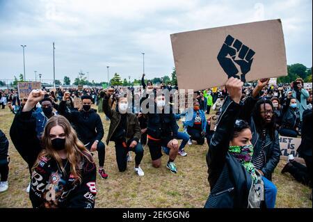 Demonstranten knien während der Demonstration. Tausende von Menschen versammelten sich im Nelson Mandela Park, um gegen Polizeibrutalität und Rassismus zu protestieren, eine Initiative der Bewohner des Distrikts Bijlmer, der größten Bevölkerung afro-niederländischer Menschen in Amsterdam. Die schwarze Gemeinschaft ist seit dem 1990s seit Jahrzehnten ein Opfer der Unterdrückung. (Foto: Ana Fernandez / SOPA Images/Sipa USA)