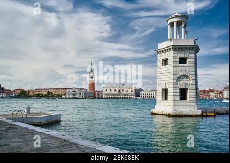 Faro San Giorgio Maggiore, Stadtbild mit Dogenpalast und Markusturm von San Giorgio Maggiore, Venedig, Venetien, Italien aus gesehen