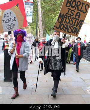 Protestler in Pantokostüm mit Plakat gegen Premierminister Boris Johnson während des marsches. Pantomime Dames und verschiedene Kreative und Freiberufler marschieren zum Parlament in Westminster, um Maßnahmen zur Rettung von Theatern in London zu fordern. Die meisten West End-Theater werden bis 2021 geschlossen sein und keine traditionellen Pantomime-Produktionen werden 2020 aufgrund der langfristigen Sperrung durch die COVID-19-Pandemie stattfinden. (Foto von Keith Mayhew / SOPA Images/Sipa USA)