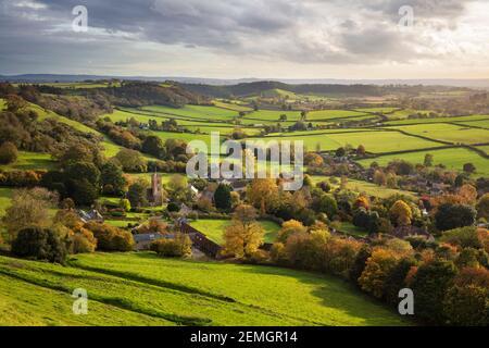 Blick im Herbst über das Dorf Corton Denham und die Landschaft bei Sonnenuntergang, Corton Denham, Somerset, England, Großbritannien, Europa