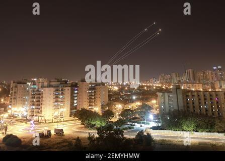 Lichtstreifen werden beim Abschuss von Raketen aus dem Gazastreifen in Richtung Israel dargestellt, wie aus der israelischen Stadt Aschkelon gesehen 4. Mai 2019 von ilan assayag sipa usa *** kein Verkauf in Israel ***