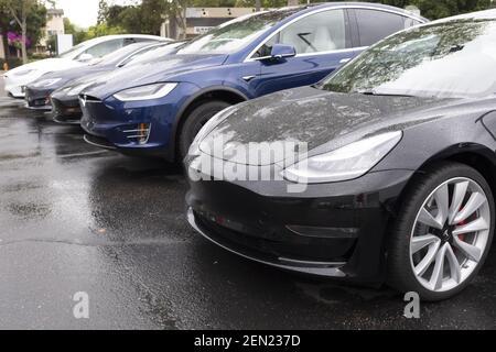 Tesla-Fahrzeuge sind am 21. Mai 2019 in einem Showroom in Palo Alto, Kalifornien, USA zu sehen. Tesla kündigt an, dass es den SUV Model X für $2.000 Dollar und das Modell S für $3.000 reduziert, nachdem es Bedenken wegen des schwindenden Interesses an seinen Autos geäußert und dieses Jahr 38% an der Börse verloren hat. (Foto von Yichuan Cao/Sipa USA)