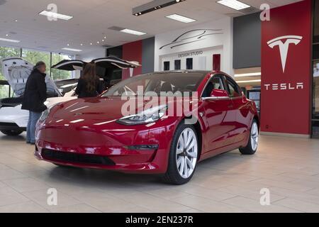 Am 21. Mai 2019 wird in einem Showroom in Palo Alto, Kalifornien, USA, ein Tesla Model 3 Auto zu sehen sein. Tesla kündigt an, dass es den SUV Model X für $2.000 Dollar und das Modell S für $3.000 reduziert, nachdem es Bedenken wegen des schwindenden Interesses an seinen Autos geäußert und dieses Jahr 38% an der Börse verloren hat. (Foto von Yichuan Cao/Sipa USA)