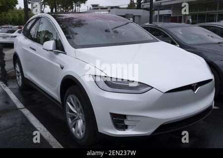 Ein Tesla Model X SUV ist am 21. Mai 2019 in einem Showroom in Palo Alto, Kalifornien, USA zu sehen. Tesla gibt bekannt, dass es den SUV Model X für $2.000 Dollar reduziert, nachdem er Bedenken wegen des schwindenden Interesses an seinen Autos geäußert und in diesem Jahr bisher 38% an der Börse verloren hat. (Foto von Yichuan Cao/Sipa USA)