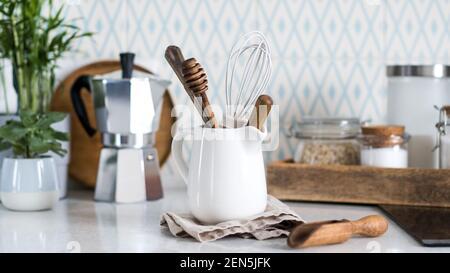 Hintergrund der Küchenutensilien. Holzgegenstände zum Kochen. Speicherplatz kopieren.