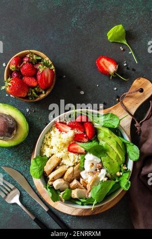 Gesunde Ernährung, Ernährung Mittagessen Menü Konzept, ketogene Ernährung und Paläo-Diät. Couscous Salat mit Erdbeeren, gegrilltem Hähnchen, Avocado und Feta-Käse auf A