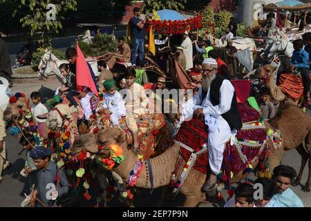 """Pakistanische Gläubige Gläubige Menschen nehmen an einer Prozession von Eid Milad-un-Nabi (PBUH) Teil, die am 10. November 2019 in Lahore, Pakistan, den Jahrestag des islamischen Propheten Muhammad feiert. Muslime auf der ganzen Welt feiern den Geburtstag des heiligen Propheten Muhammad (PBUH) durch die Teilnahme an religiösen Prozessionen, Zeremonien und durch die Verteilung von kostenlosen Mahlzeiten an die Armen. Der Geburtstag des Propheten Mohammed, auch bekannt als """"Milad"""", wird im islamischen Monat Rabi al-Awwal gefeiert, der im islamischen Kalender auf 12 Rabi al-Awwal fällt. (Foto von Rana Sajid Hussain/Pacific Press/Sipa USA)"""