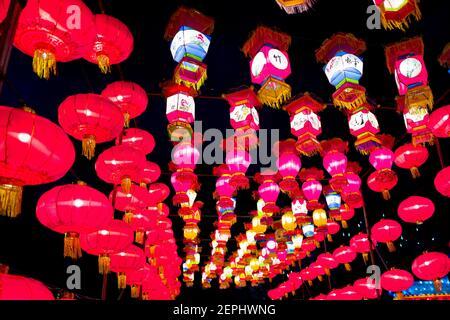 Nahaufnahme von Hunderten von bunten, beleuchteten chinesischen Laternen, die in Reihen angeordnet sind und den Rahmen vollständig ausfüllen, viele mit chinesischen Schriftzeichen und Designs, 12. Januar 2019. (Foto von Smith Collection/Gado/Sipa USA)