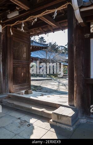 Das alte hölzerne Nordtor des Tamukeyama Hachimangu Shinto Shrine auf dem Gelände des Todai-ji Tempels in Nara, Japan