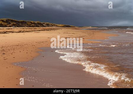 Sandstrand unter stürmischem Himmel auf Prince Edward Island, Kanada.