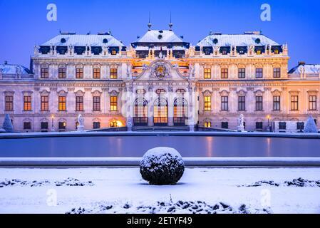 Wien, Österreich. Oberes Belvedere beleuchtete Winter Nacht Reflexion, Reise Landschaft Konzept.