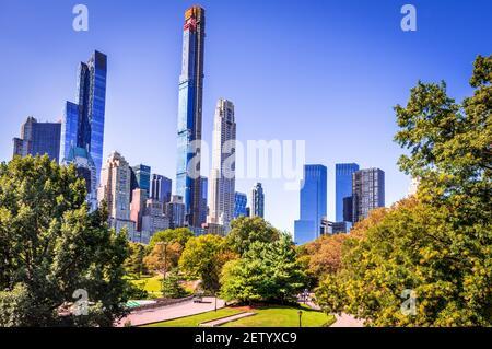 Central Park Herbst und Wolkenkratzer in Midtown Manhattan New York City, Vereinigte Staaten von Amerika
