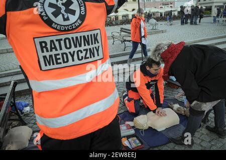 Am 29. Oktober 2017 protestieren die Medizinarbeiter in Bydgoszcz, Polen. Ein medizinisches Notfallpersonal bietet während eines Protestes von Beschäftigten des Gesundheitswesens über widrige Bedingungen in diesem Sektor und einen Mangel an Ausgaben durch die Regierung eine Demonstration zur HLW an. (Foto von Jaap Arriens/Sipa USA)