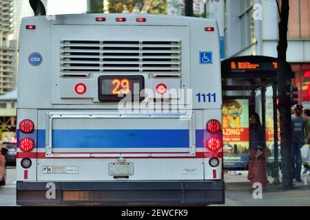 Chicago, Illinois, USA. Ein CTA-Bus, der an einer Bushaltestelle auf der State Street in der Innenstadt von Chicago ankommt.